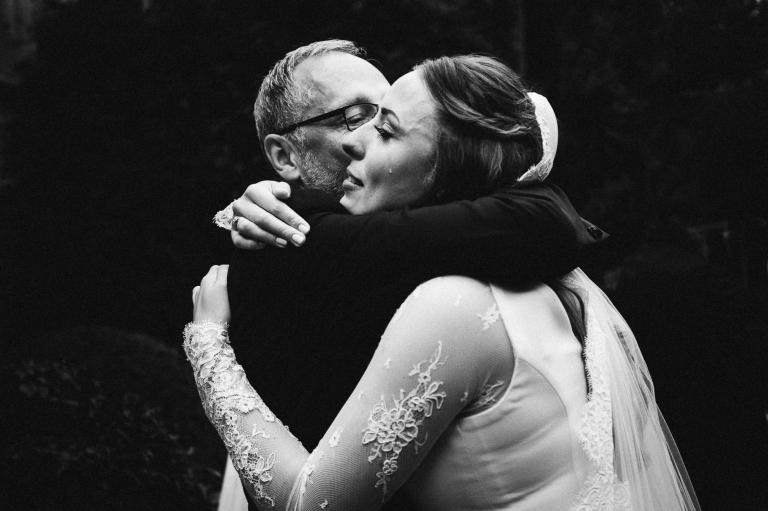 Hochzeitsfotograf Lüneburg, Braut weint in den Armen des Vaters