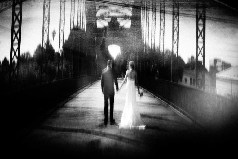 Brautpaar geht zusammen über eine Brücke in Hamburg
