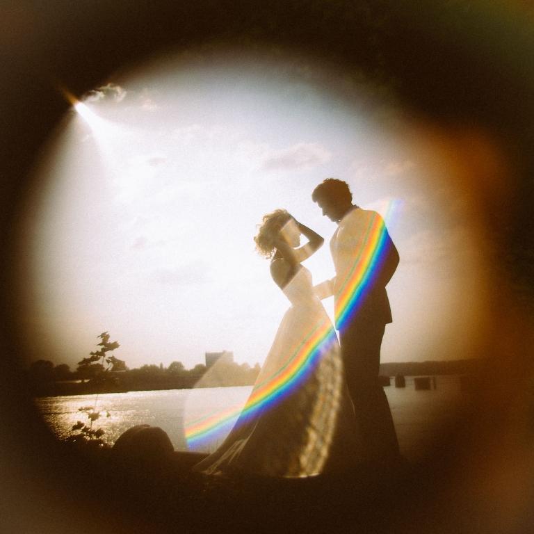 Braut und Bräutigam an der Elbe in Hamburg