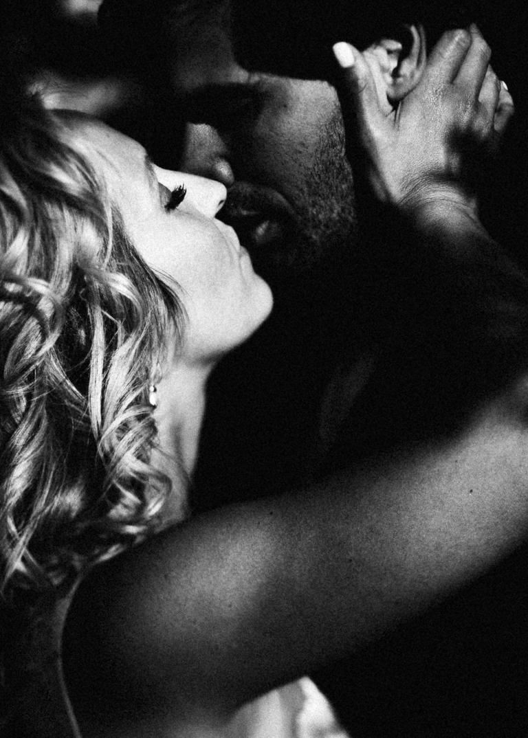 zärtlicher Kuss der Braut beim Portraitshooting