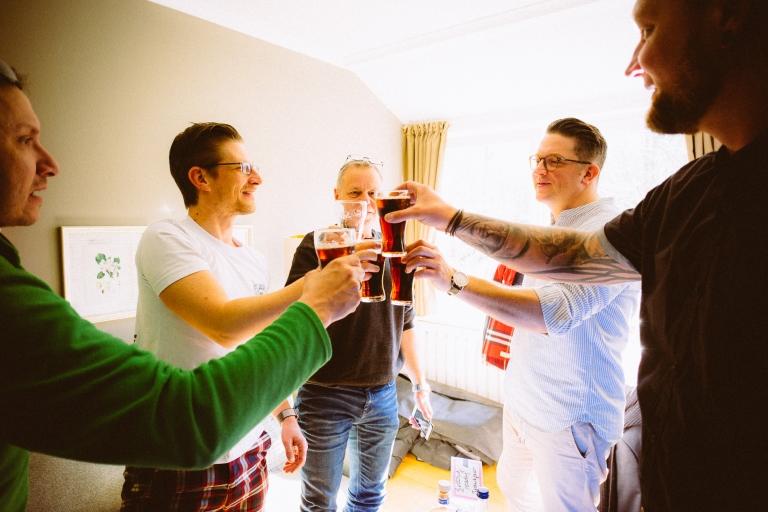 Bräutigam und Freunde stoßen an, heiraten im Töpferhaus, Alt Duvenstedt, bei Kiel