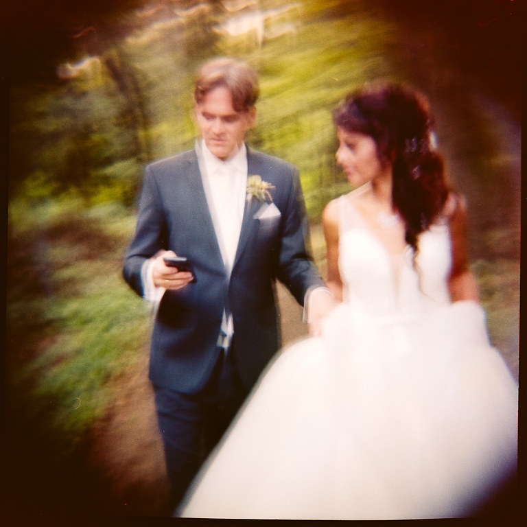 Brautpaar mit Telefon